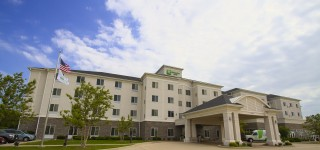 Holiday Inn & Suites Bloomington-Airport